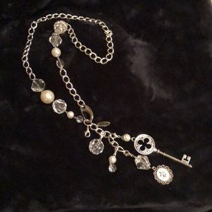 Plunder adjustable necklace with key and pearls.